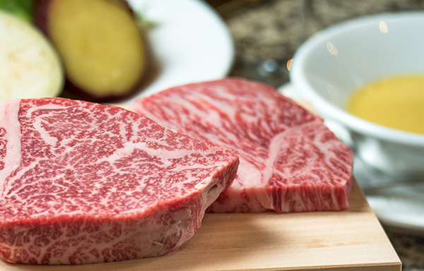 焼き肉・ステーキなどお肉を食べると幸福感を得られる理由とは?
