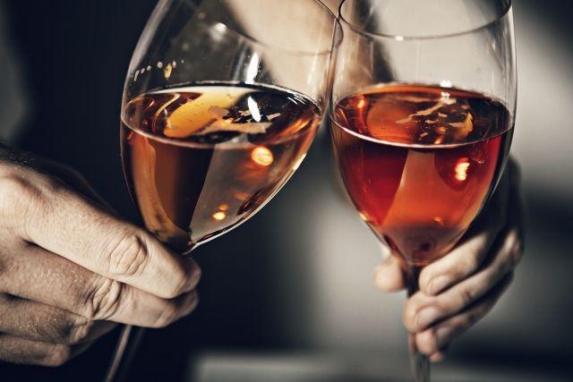 ドリンクの入ったグラスを乾杯する人