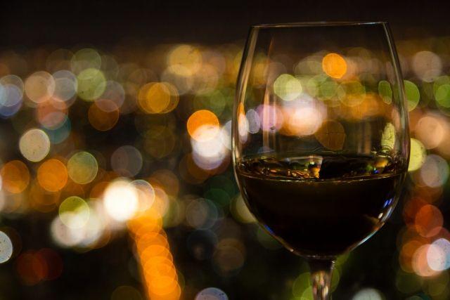 夜景と赤ワイン