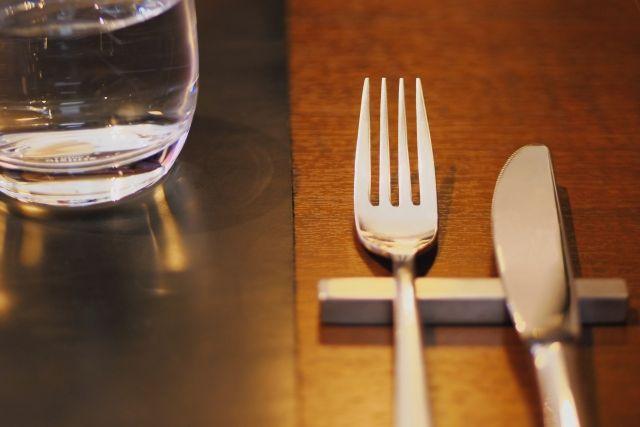 テーブルの上にあるナイフとフォーク